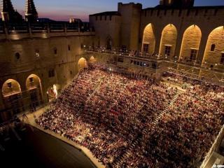 Festival d'Avignon - Gradins de la cour d'honneur du Palais des Papes
